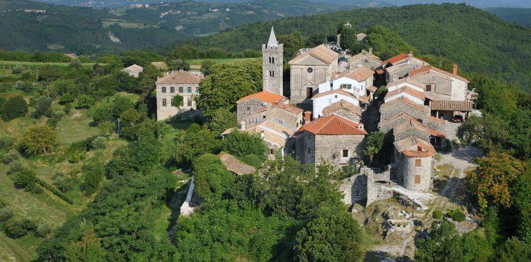 HUM (kleinste Stadt der Welt) in Istrien - Luftaufnahme mit Kirche + Steinhäuser